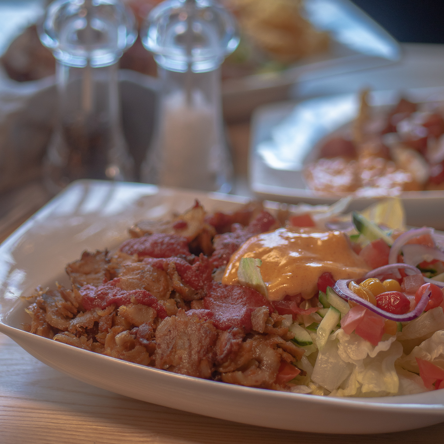 Kanakebab salaatilla